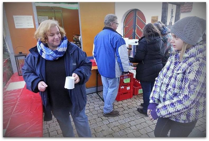 Besucher des Christindlmarkts in Leipheim.