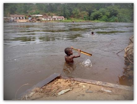 Kinder schwimmen in einem Nebenfluss des Kongo Rivers.