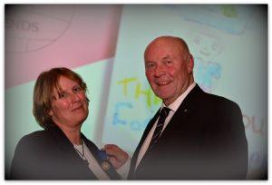 Lionsclub Günzburg (rechts) mit unserer 1. Vorsitzenden: Verleihung der Medaille.