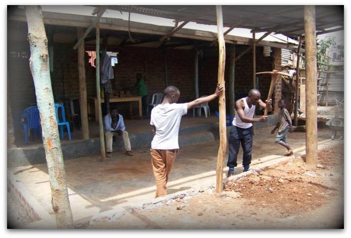 Update aus Uganda: Die Renovierungsarbeiten der Kirche sind im vollen Gange.