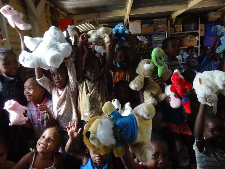 Die Kids haben sich sehr über die mitgebrachten Stofftiere gefreut. Besuch aus den Niederlanden
