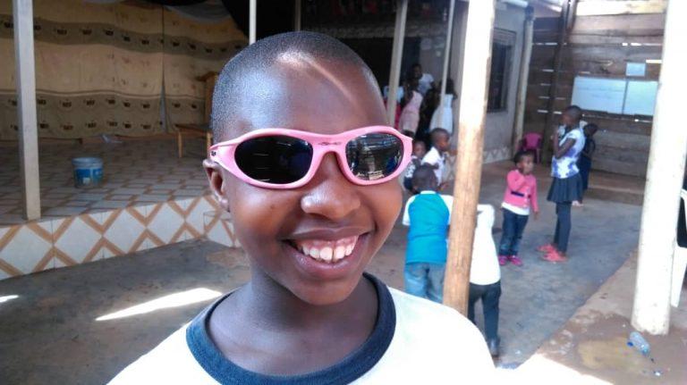 Claire nach OP mit Sonnenbrille