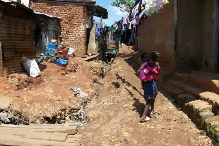 Weg zur Kirche- Uganda